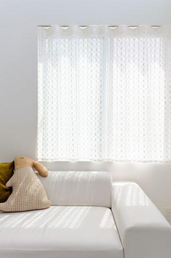 ソファはグレーだったものを室内に合わせて白に張り替えたという。
