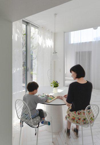 奥の予備室から玄関方向を見る。かわいいデザインのチェアは建築家石上純也氏デザインの「ファミリーチェア」。