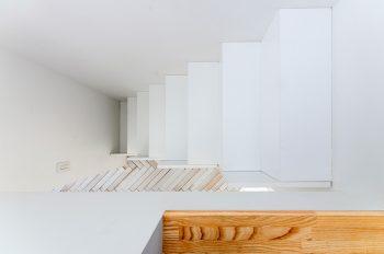 2階から階段を見下ろす。
