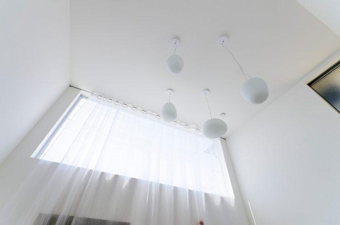 リビングの天井からは建築家のセレクトによるフォスカリーニの「リチュアルズ」というペンダントライトが吊り下がる。