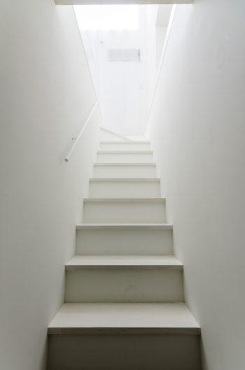地下から見上げる。