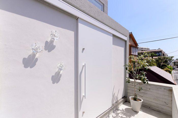 玄関脇の壁に取り付けられた花型のライト。奥さんのお気に入りという。
