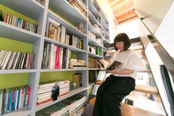階段に腰掛けて、その時の気分に合った本を選ぶのが至福の時間なのだそう。