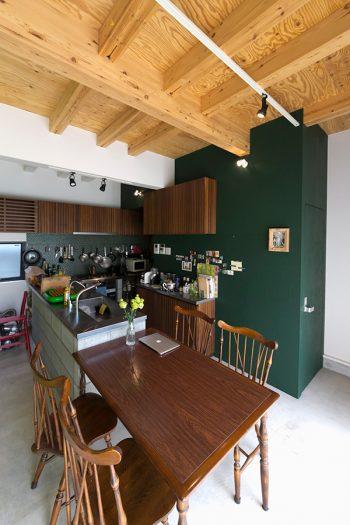 深いグリーンと木目の暖かな雰囲気と、コンクリートとステンレスのクールな素材感が、絶妙なバランスでミックスされている。