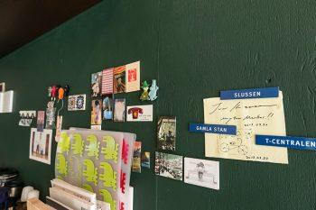 深いグリーンのマグネット塗料を塗ったので、可愛いマグネットやメモを留めて壁を飾ることができる。