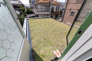 屋上緑化。休日にはここでランチを楽しむこともあるそう。デザイン性の高い六角形のシールをガラスに貼って目隠しに。