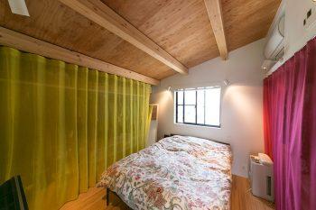 ベッドルームのクローゼットの前には、美しい色目の「クリエーションバウマン」のカーテン。