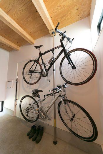 自転車は玄関に2台上下に収納。以前は川沿いのツーリングを、ここに越してからは街乗りを楽しんでいるそう。