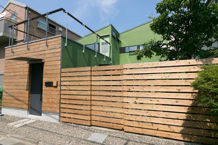 板張りのファサードと連続するウッドフェンスは、隙間を開けて張られているので、風通しもいい。