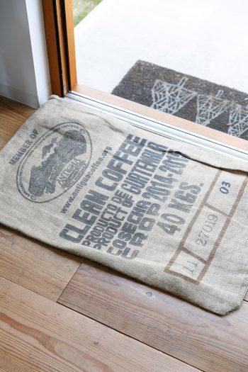 1階では土足で過ごす。入口に置かれた足拭きマットはコーヒーの麻袋。