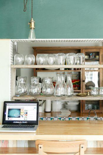 グラスやピッチャーが綺麗に並び、すぐにでもカフェとして営業できそう。