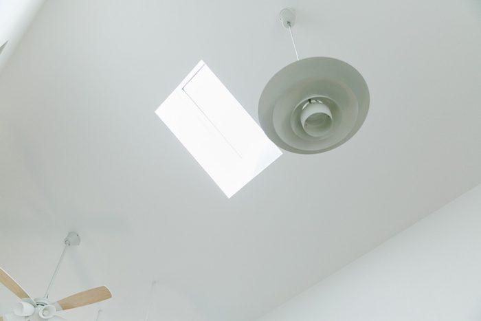 2階には天窓を設け、自然光をふんだんに取り入れた。