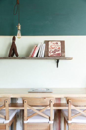 カウンター席の上の壁は下地のままで引き渡してもらい、磁石塗料と黒板塗料を重ね塗り。メニューボードとして使えるようにした。