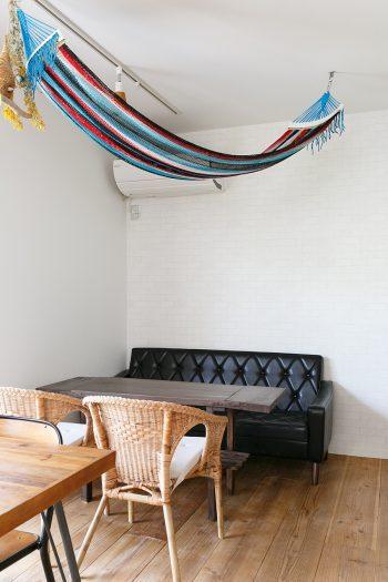 ソファー席の前のテーブルはDIYでつくった。DIYはすべて独学で、材料はホームセンターや玉川高島屋の「tukuriba」で購入しているそう。