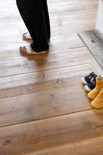 カフェスペースの床材は、工事現場などで使う足場板の古材を取り寄せたもの。色味を濃くするため、自分たちで塗料を塗り重ねた。