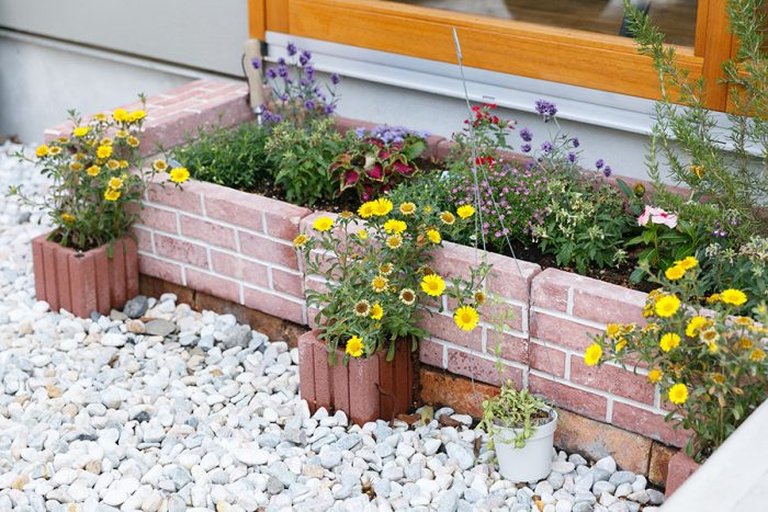 色とりどりの花を楽しめる花壇もDIYで手づくり。