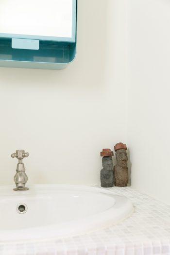 洗面所にちょこんと鎮座するモアイ像はイースター島のお土産。