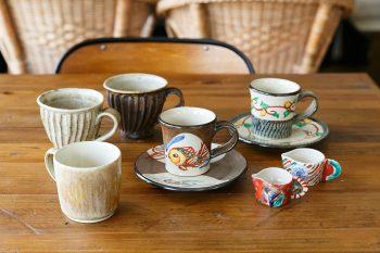 コーヒーカップは、日本の作家ものや世界各地のものを取り揃えているそう。写真は、沖縄のやちむん(焼物)や金沢の窯元のもの。