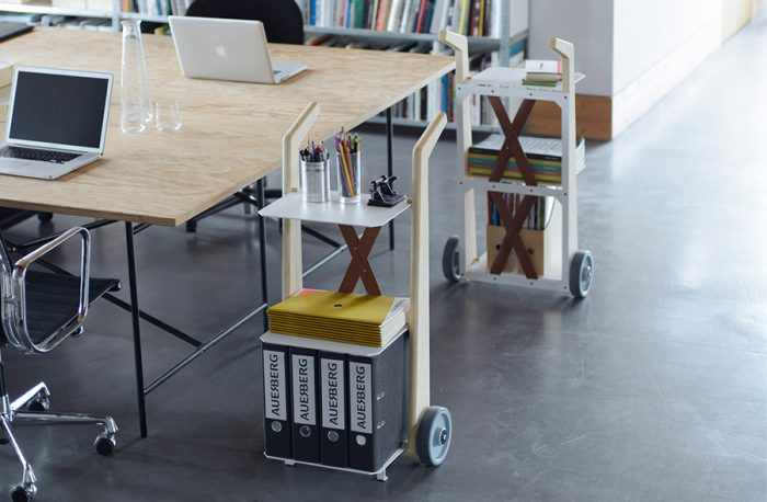 本を運んで、そのままサイドテーブルとして。