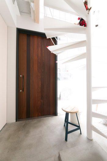 """階段室と兼ねたことにより、広くて明るい玄関を実現。「狭小住宅は""""兼ねる""""ことが鉄則。一石二鳥、三鳥の発想です」と大塚さん。"""