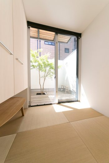 正味2畳の和室。収納の下が空間になっているため、しっかり布団を敷くことが出来る。紅葉の季節には、座卓を出して和食をいただく。
