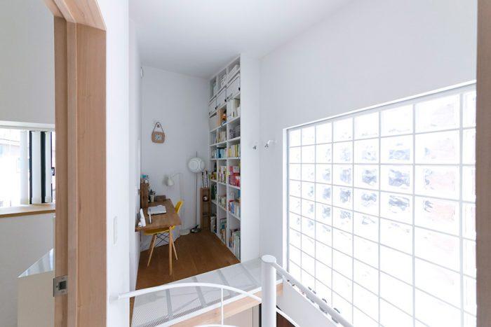 階段脇の書斎。本が好きなご夫妻は、収納たっぷりの本棚をリクエスト。屋根の勾配に合わせて天井まで設置。