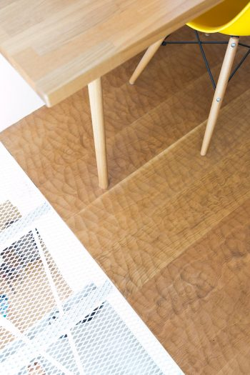 書斎の床は、素足に心地よいちょうな仕上げ。「小さな空間こそ贅沢に」というご夫妻のセンスが光る。