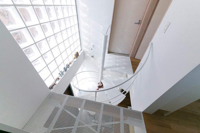 採光を考えて、表面感のある窓ガラスやネット状の床を採用。差し込む光によって表情の変化が楽しめる。