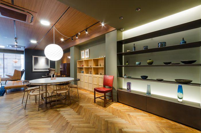 店内のヘリンボーンの床は、スタッフが一枚ずつ組み合わせながら完成させたという。無垢のチーク材は、元々の色が濃い木は薄く、薄い色合いのものは濃く変化していくそうで、育てる家具同様、店も時間とともに表情を変えていく。