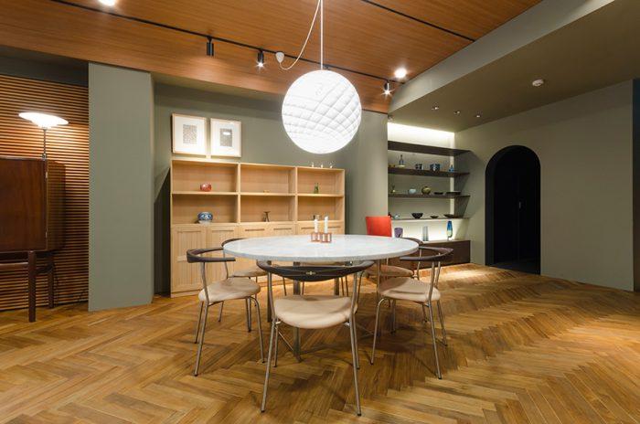 PPモブラーのアームチェアはハンス・J・ウェグナーが妻のためにデザインし、自邸でも使用していたという名作。背は4つの材料を合わせて、職人により削り出し製作されている。背面の十字形の契が特徴だ。