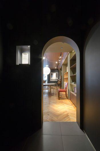 エレベーターホールは極力光を落とした静穏の空間。にじり口をイメージしたエントランスをくぐると、デンマークの奥深い世界が広がっている。
