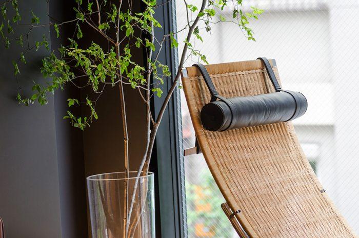 ポール・ケアホルムのハンモックチェア。ラタン張りの本体とステンレス製のベース部分で構成され、角度が調整できるようになっている。