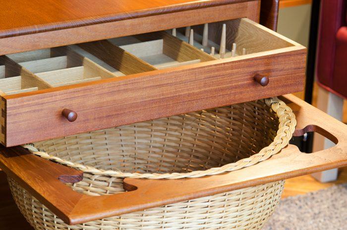 テーブルが製作された1950年代当時は、毛糸や編みかけのセーターなどを入れるためにデザインされた引き出し。現在はアクセサリーやリモコンなどを入れるのにちょうどいい。