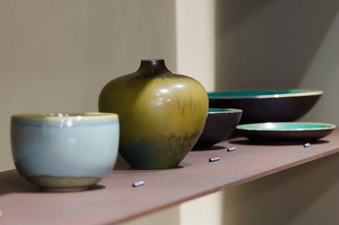 日本の焼き物を思わせる作品は、50年代頃に活躍した、カール・ハリー・ストールハーネが手がけたもの。無駄のないすっきりとしたフォルムで、やわらかな色合いが特徴。