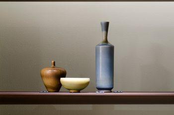 日本や中国などアジアの古陶磁から着想を得て、フォルムや釉薬を追求したベルント・フリーベリの作品。繊細で優美、なめらかな色合いは、並べておくだけでも独特の存在感を放つ。