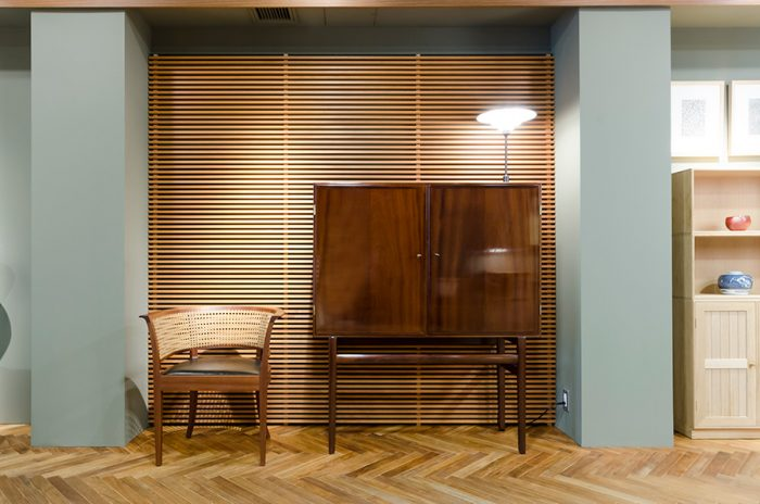 「デンマーク家具デザインの父」と呼ばれたコーア・クリント。彼の後継者と言われるのがオーレ・ヴァンシャーだ。彼がデザインしたカップボードは、ローズ・ウッドの美しい木目から品質の高さが伺える。横に並ぶのは、フォーア・クリントがデザインしたフォーボーチェア。デンマークのヒュン島にあるフォーボー美術館のためにデザインされたこのチェアは、無駄をそぎ落とした優雅なたたずまいが特徴。