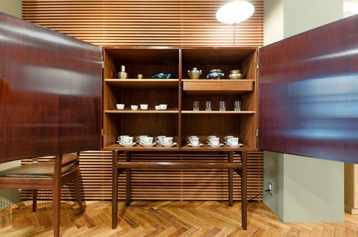 オーレ・ヴァンシャーのカップボードを開くと、バカラのグラスやビンテージのティファニーの作品などが整然と並ぶ。