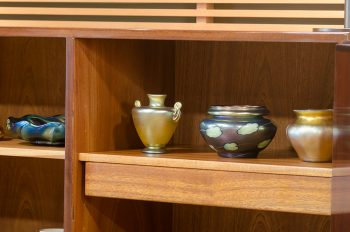 ティファニー創始者の長男ルイス・コンフォート・ティファニーはアメリカン・アールヌーヴォーを確立したガラス工芸家としても有名。古代ガラスの玉虫色から着想を得たデザインは光の加減によって微妙な色の違いが楽しめる。