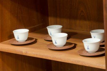 ドイツのマイセン磁器窯は柿右衛門などの影響を受け、独自のシノワズリを確立。シンプルでありながら品の良さが際立つ双剣マークのシリーズは時を経ても変わらず人気が高い。