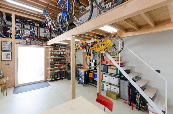 1階は部分的に中2階があり、自転車やアウトドアのグッズなどが置かれている。玄関は自転車を通すために通常よりも広めの120cmにしている。
