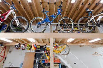 ロフト階に置かれた自転車。天井から吊り下げている器具はディスプレイのためだけでなく自転車の上げ下げもできる。