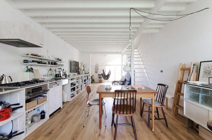 1階と同様、空間を仕切る壁はない。大物は下のロフト階に納めているため、必要最低限の家具と好きな小物だけでまとめたコージーな空間になっている。