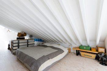 上のロフトは寝室スペースになっている。天井高をぐっと抑えて、アトリエの天井高をかせいでいる。