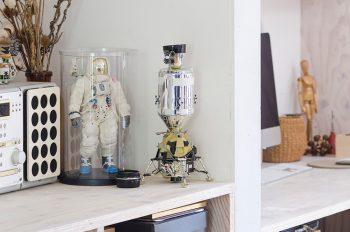 LDKの隅のスペースに置かれたアポロ宇宙船の模型と宇宙飛行士のフィギュア。平野さんが購入したもの。
