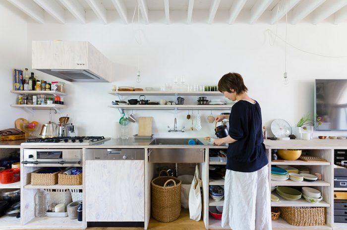 キッチンも収納に扉を付けずすべて見せている。建築家ならではのコーディネーション感覚が光る。