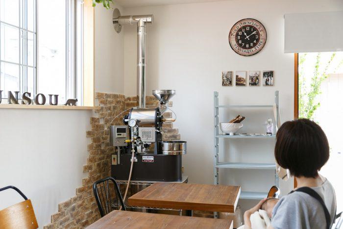 カフェスペースの一角に置かれた業務用の珈琲豆焙煎機。周りに貼ったレンガ調のタイルが空間に楽しげなリズムを与えている。「タイルはホームセンターで買って来て、4時間くらいかけて貼りました」。