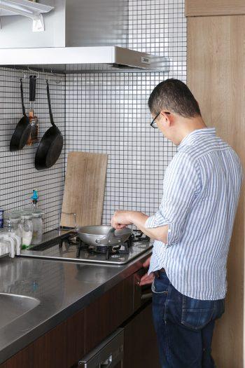 子どものときから料理が好きだったというSさんは「このキッチンで料理をしているとカフェのマスター気分を味わえるんです」と笑う。