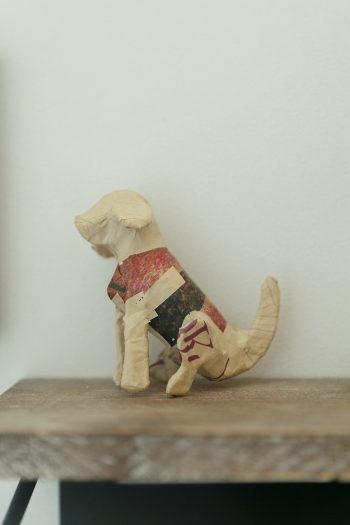 パリからやってきた犬の置き物。