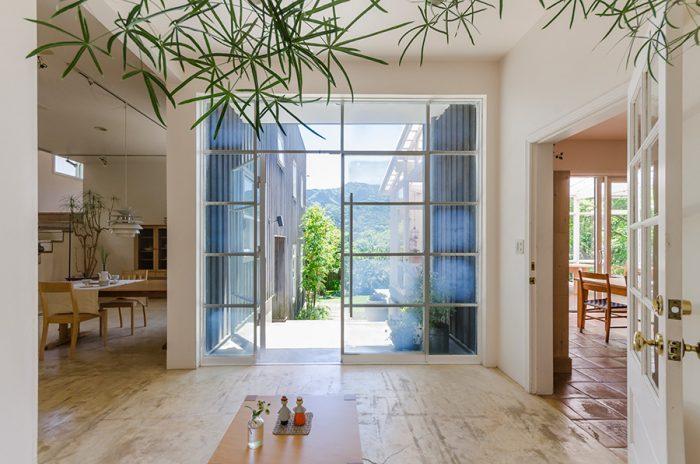 南欧の家のように、明るく開放的な玄関。1階は土足で庭と家を行き来。外界とのつながりが感じられる。