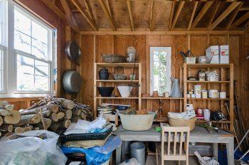 小屋の内部。ペンキやガーデニング用のツールを収める。
